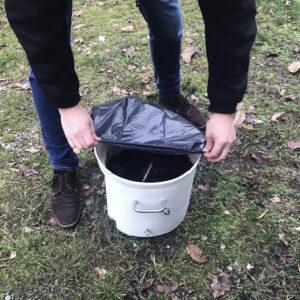 8 - Abfallsack über Feststoffbehälter stülpen