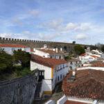 Rauf auf die Stadtmauer von Óbidos